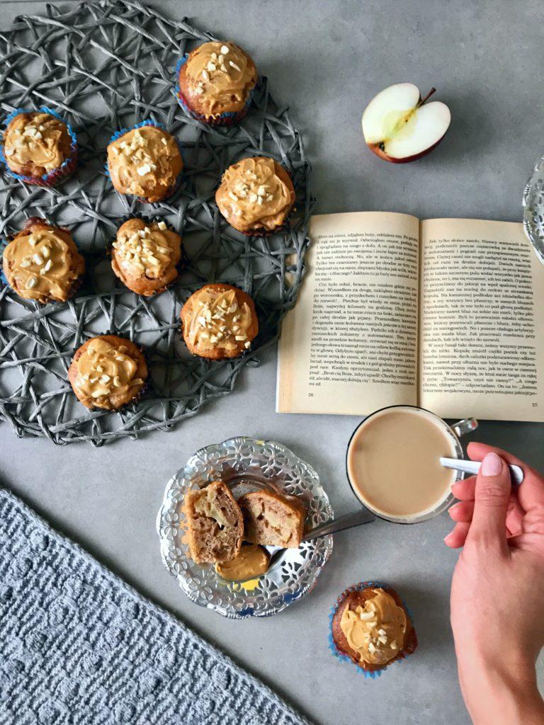 muffinki jabłkowe z karmelowym masłem orzechowym